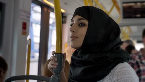 Mladá muslimka v hidžábu je jízda autobusem, dopravní koncepce, urbanistický koncept, snové koncept, boční pohled