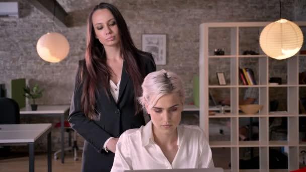 Lesbiennes verleiden rechte vrouwen