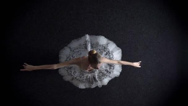 Silhouette einer jungen eleganten Ballerina im Tutu steht, Ballettkonzept, Top-Schuss