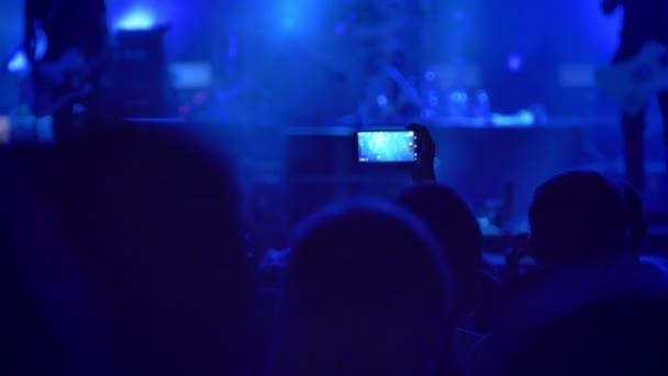 Emberek a tömeg videofelvétel rock koncert