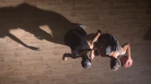 TopShot, dva přátelé hrát basketbal, hráč tlačí další hráč a pomohl mu vstát