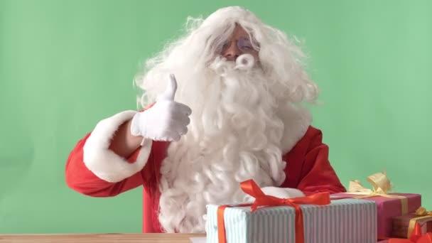 Santa Claus mutatja, mint a jel, és rázza a fejét, chroma-key, háttérben