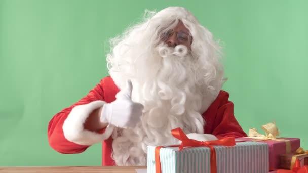 Santa Claus, mint jel, mosolyogva, a háttér chroma-key