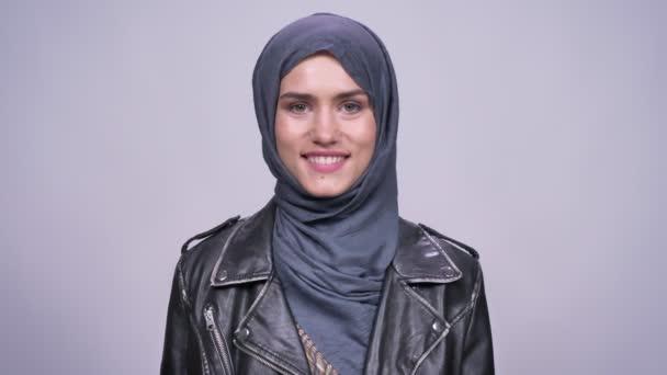 gyönyörű mosolyt kaukázusi nő a hidzsáb természetes látvány és nyugodt jelentenek beltéri kamera előtt
