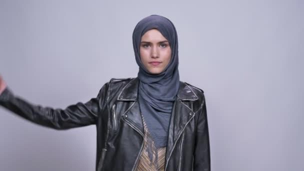 Gyönyörű kaukázusi nő a hidzsáb power gesztus fedett büszkén és magabiztosság