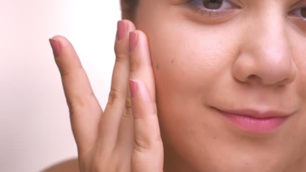 A kaukázusi nő, látszó-on fényképezőgép, nyugodt és fedett bőr ideális smoth közeli cheeck