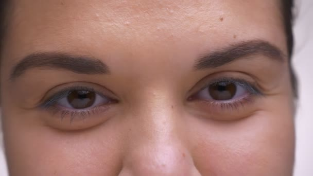 Podívejte se zblízka hnědé oči kavkazské ženy s čistou tváří a šťastný