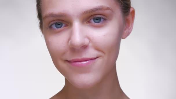 Úžasný úsměv šťastný kavkazské ženy s čistou novou tvář a dokonalé pleti, úzce při pohledu na fotoaparát