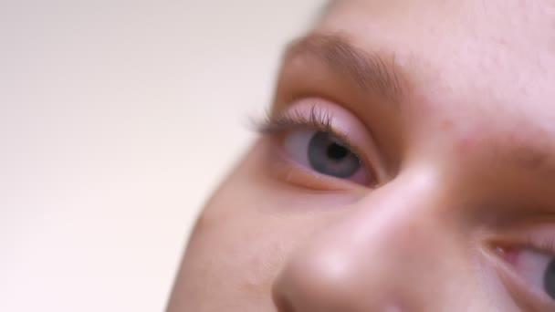 Otevřené klidný pohled přímo na fotoaparátu detail, crear kůži Kavkazský žena s krásnýma modrýma očima v bílém studio