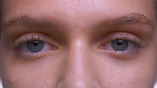 Zaměřil close-up modré oči pěkná kavkazský dívky, přímo s čisté zdravé kůže