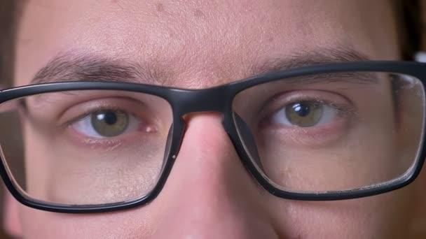 Detail oči kavkazské muž v brýlích, při pohledu na fotoaparát a užívat si