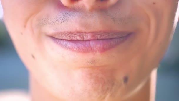 Close-up Hosenträger asiatischen jungen, Lächeln mit Zähnen in die Kamera, aufrichtige natürliches Lächeln