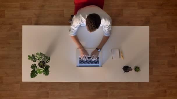 Houten Bureau Gebruikt.Top Down Schot Tijd Vervallen Man In Houten Kantoor Laptop Gebruikt