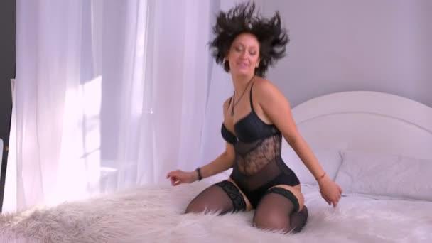 Kaukázusi szexi lány fehérnemű-Ugrás az ágyon, kísértés, bolondozás körül a hálószobában, harisnya