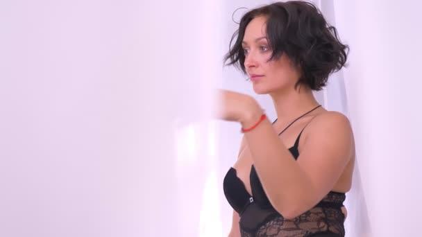 Kaukázusi szexi lány fekete fehérnemű-úgy néz ki, a kamera, melltartó, kísértés portré