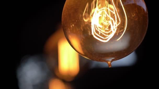 Retro osvětlení Lamp v noční kavárně loft stylu, bokeh