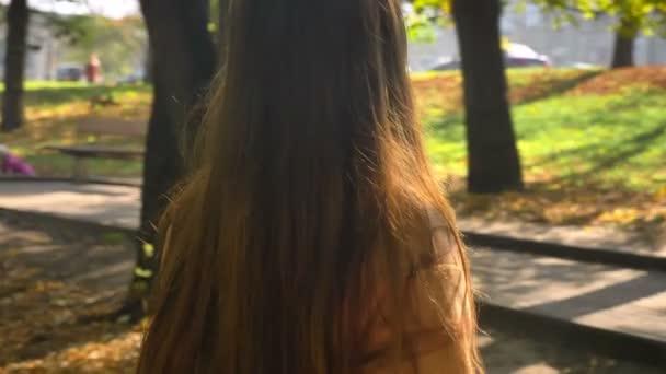 Při pohledu na slunce a těší na její tváři, zatímco postavení v přírodě, ilustrace zelený krásný park přírody šťastné úžasné kavkazské dívka s dlouhými vlasy