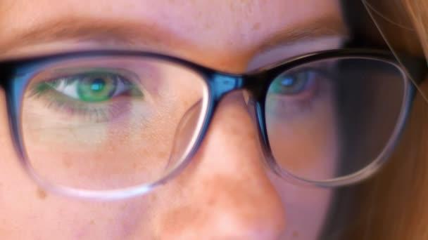 Közelkép tükre gleasses caucaisna lány hacker, néztem copmuter, azért gyönyörű szemek, az okos ember fedett hordozhatószámítógép-képernyő