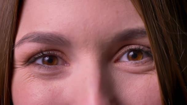 Detailní portrét ženy očima dívat přímo do fotoaparátu vyjádření štěstí a radost