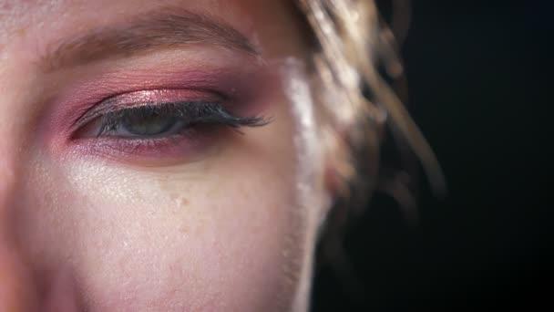 Krásný zaměřil zavřít do očí v růžové kosmetické pohledu kamery klidně na černém pozadí, přírodní docela modelu ilustrace