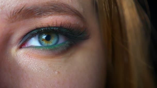 Gogreous zelené oko caucainan žena detailním pohledu kamery v zelené eyeshadows uvnitř,