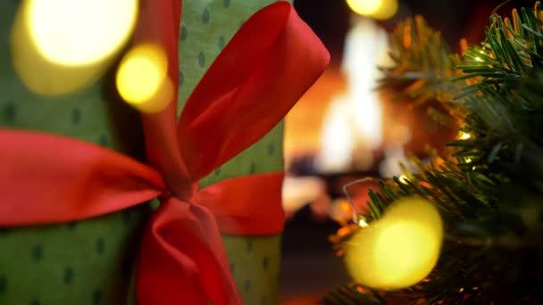 Vánoční dárková krabička. Vánoční tři na bokeh krb záře světla pozadí.