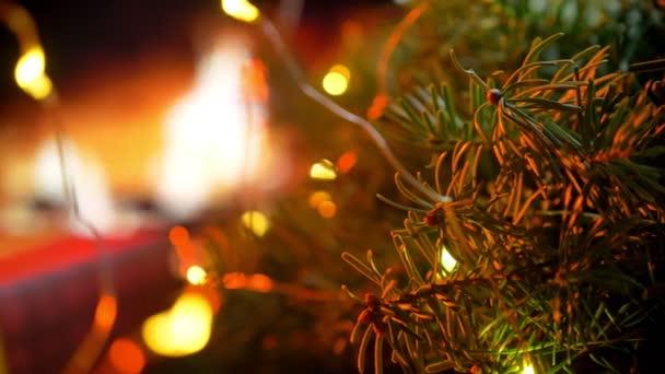 Vánoční tři na bokeh krb záře světla pozadí