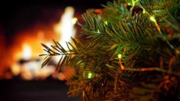 Rotační strom. Vánoční tři na bokeh krb záře světla pozadí