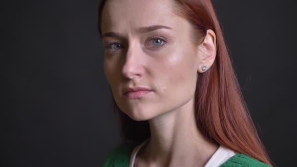 Vértes portréja vonzó kaukázusi nő fordult, és nézett egyenesen a kamera a semleges-arckifejezés