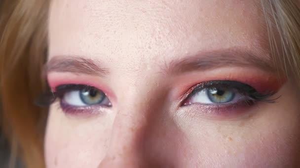 Detailní záběr na krásné ženské modré oči make-up. Dokonalé kouřové oči