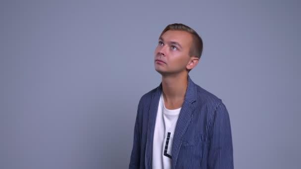 Detailní portrét atraktivní mladík kavkazské je zmatený a zmatený