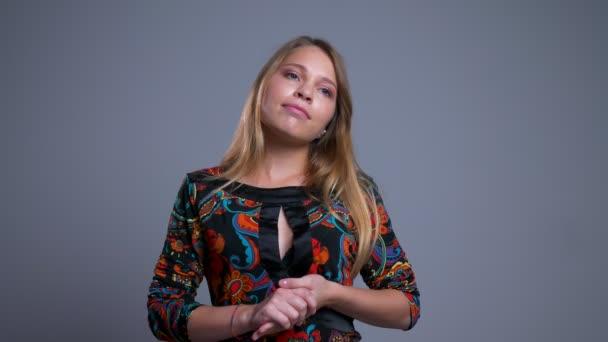 Detailní portrét snové mladých Kavkazský žena drží její paže thoughfully před kamerou