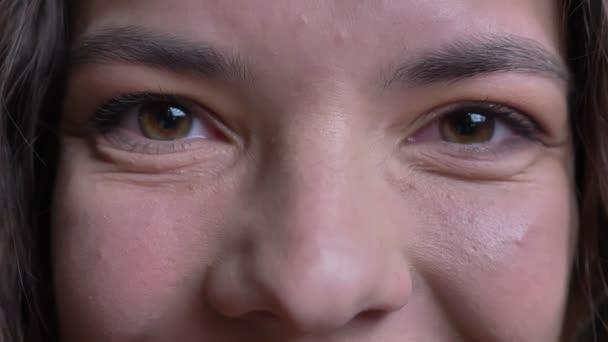 Vértes gyönyörű fiatal kaukázusi nő zöld szeme nézett egyenesen a kamera a mosolygó arc kifejezése
