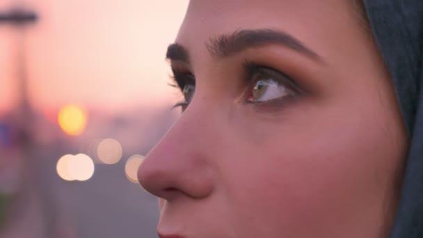 Closeup boční pohled portrét mladé atraktivní muslimské ženské šedýma očima těšíme s městském na pozadí