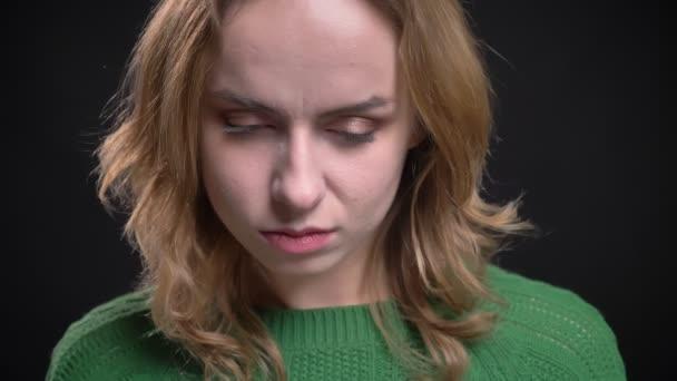 Vértes portréja felnőtt kaukázusi női arc szemmel nézett le, és aztán fordult a kamera elszigetelt háttér