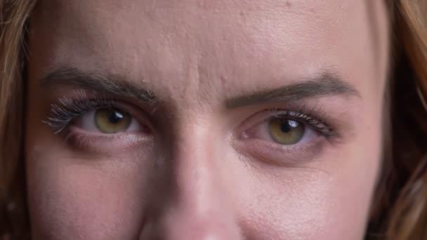 Vértes portréja felnőtt kaukázusi női arc, zöld szeme nézett egyenesen a kamera a semleges-arckifejezés