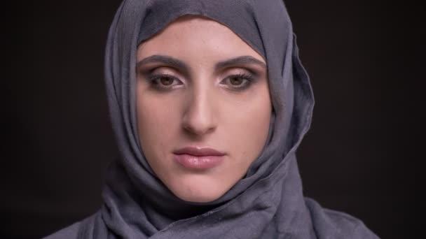 Hidzsáb néz pozitívan kamera fekete háttéren világos make-up a gyönyörű muszlim nő portréja