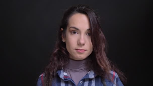 Closeup Portrait der jungen schönen kaukasischen weiblichen Blick in die Kamera fröhlich lächelnd und verführerisch ihre Lippen beißen.