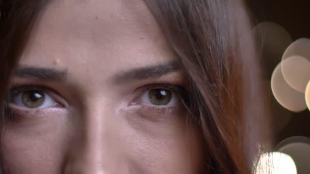Vértes portré fiatal kaukázusi női arc, zöld szeme nézett egyenesen a kamera, a szemlélődés