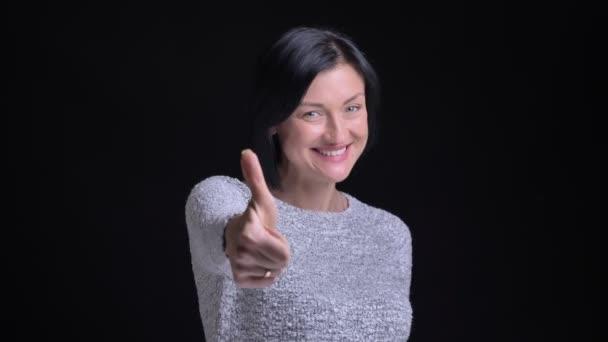 Vértes portré fiatal gyönyörű kaukázusi nő remek felbukkan, és boldogan, mosolyogva, miközben néz egyenesen a kamera