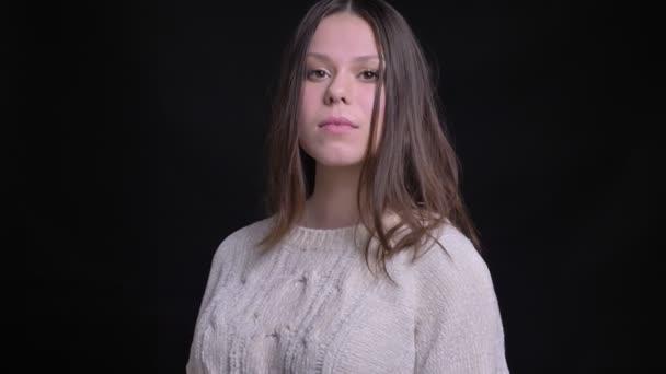 Vértes portré fiatal szép szexi kaukázusi nő, hogy egy szem wink és csábítóan látszó-on fényképezőgép