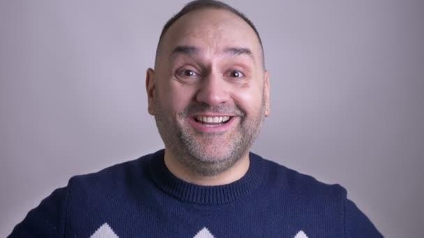 Detailní portrét středního věku atraktivní kavkazské člověka šťastně smát na kameru s izolovanou pozadím