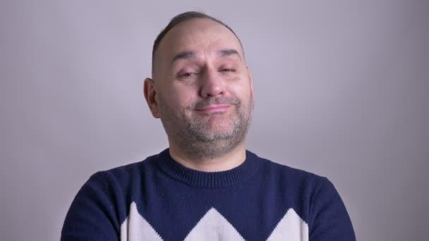 Closeup střílet z dospělých bělošský vousatý muž usmívá a přikyvuje hlavou znamení dohody