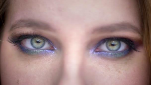 Closeup lő fiatal gyönyörű női arc szemmel nézett kamera boldog arckifejezés gyönyörű smink alkalmazott