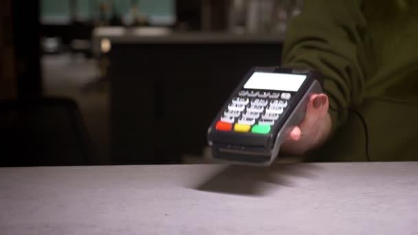 Ukončení práce osoby s terminálem a kreditní kartou provádějícího bezhotovostní platbu.