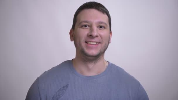 Portrét dospělého muže, který byl nadšen a překvapen pohledem na kameru s pozadím izolovaným na bílém