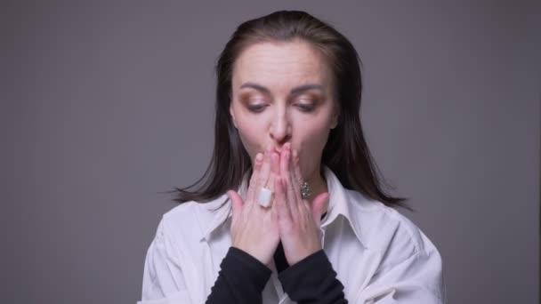 Closeup portréja felnőtt vonzó kaukázusi nő, hogy izgatott, és meglepett látszó-on fényképezőgép háttérrel izolált szürke