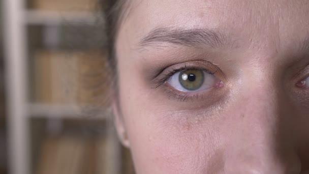 Closeup fél arca lő felnőtt vonzó kaukázusi nő szeme nézett egyenesen a kamera