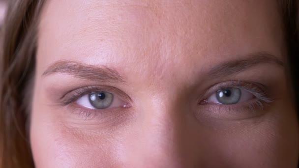 Closeup hajtás fiatal vonzó női arc szemmel néztem kamera mosolygós kifejezés