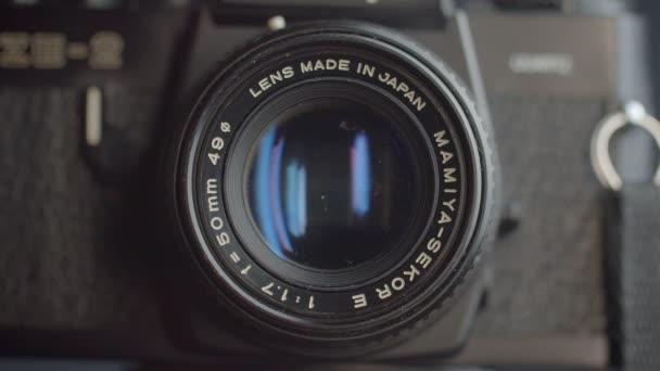 Blízká záběr cíle kamery s modrými odrazi.